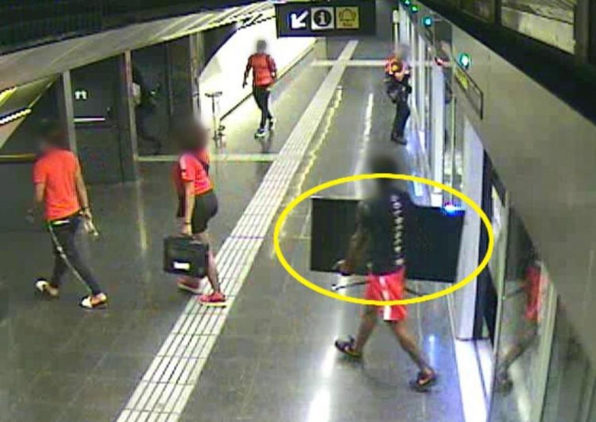 Tres joves assalten una àvia i la càmera del metro els enxampa amb la tele robada