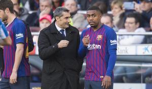 Valverde da instrucciones a Malcom antes de darle entrada en el derbi en lugar de Arthur.