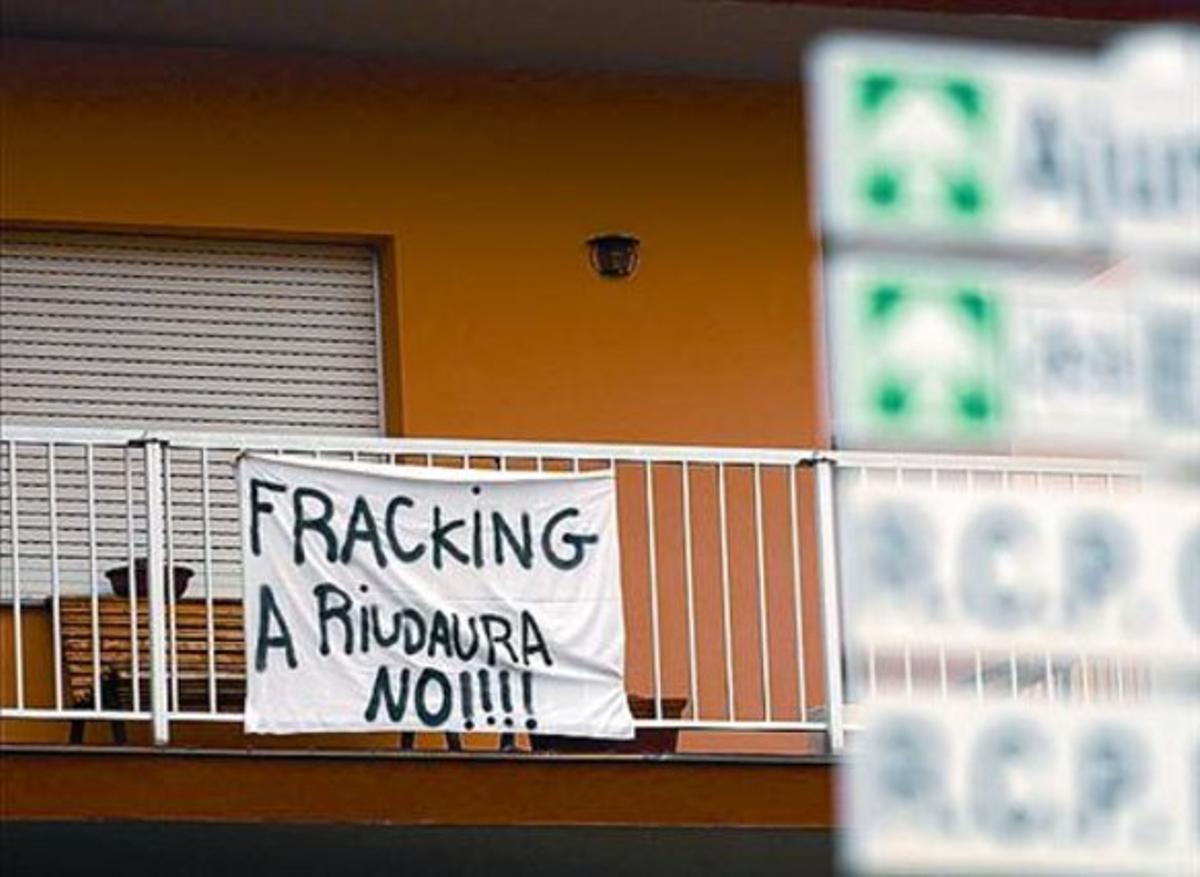 Pancarta en el balcón de una vivienda de Riudaura.