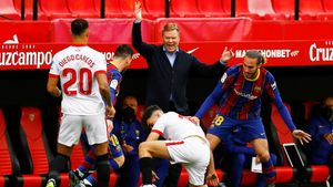 Koeman, en el centro, en el partido del pasado sábado ante el Sevilla.