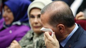Erdogan llora de emoción en la ceremonia de su reingreso en el AKP.