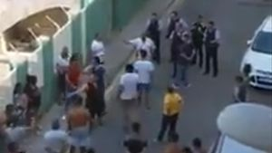 Pelea entre jóvenes, algunos de ellos tutelados por la Generalitat, en Calella de Mar, el viernes.