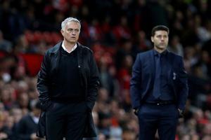 José Mourinho, en una foto de su etapa con el Manchester Utd, con Pochettino al fondo