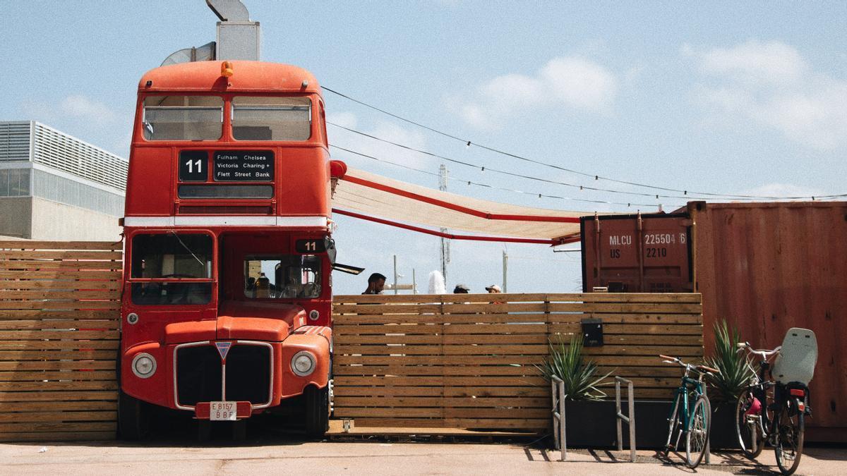 Bus Terraza: 'hot spot' con autobús londinense, mar de fondo y una excelente programación de 'djs'.