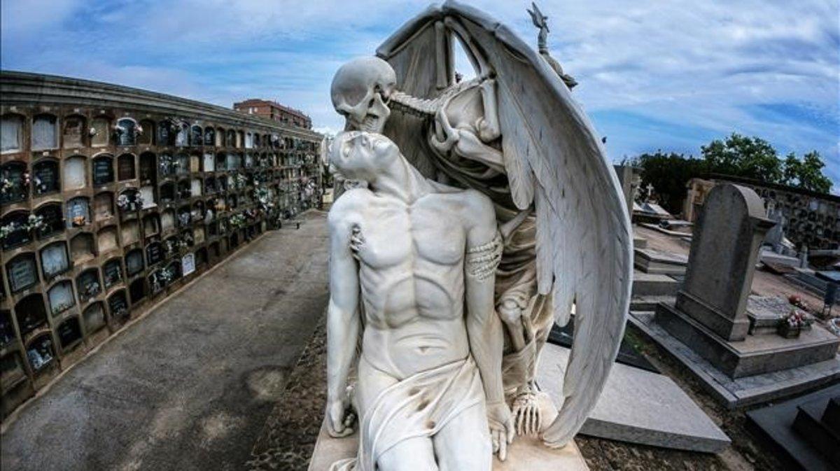 Una imagen de 'El beso de la muerte', la famosa escultura de 1930 que se halla en el cementerio de Poblenou.