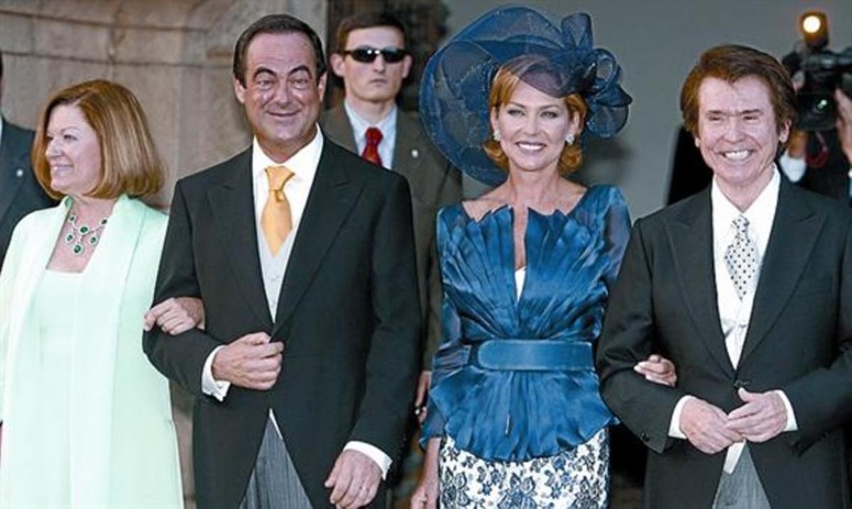 Bono y Ana Rodríguez en la boda de Felipe y Letizia. Con Natalia Figueroa y Raphael en la boda de sus hijos Amelia y Manuel. La pareja con su hija Amelia.