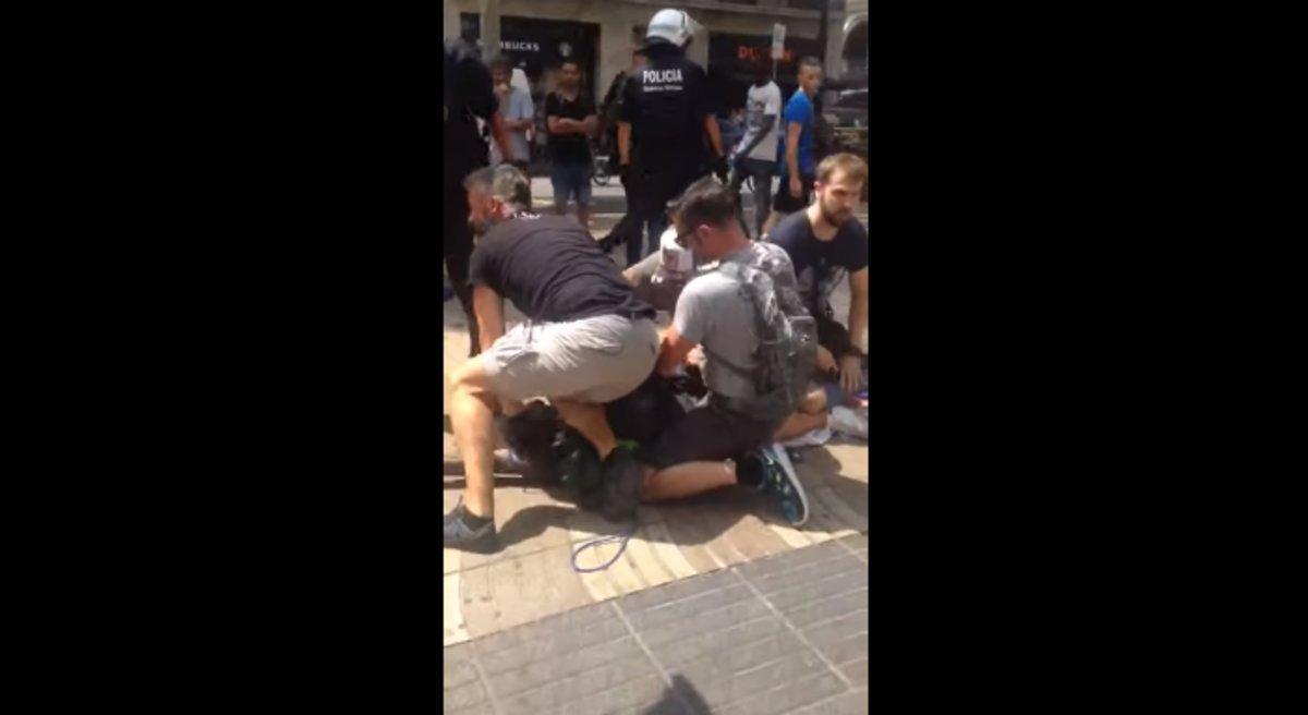 Una captura del vídeo de la detención del mantero en La Rambla.