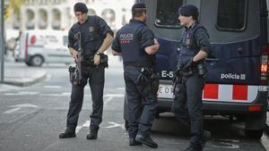Los Mossos d'Esquadra patrullando Las Ramblas a primera hora de la mañana.