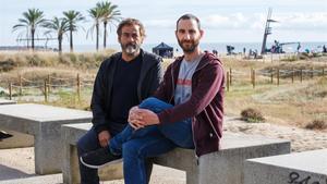 Eduard Fernández y Dani Rovira, en la playa del Varador de Mataró, este martes.