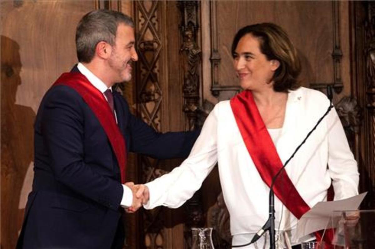Collboni saluda a Colau durante la sesión constitutiva del Ayuntamiento de Barcelona, el 15 de junio.