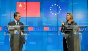 El ministro de Exteriores chino, Wang Yi, y la jefa de la diplomacia europea, Federica Mogherini, tras participar en la reunión estratégica de alto nivel UE-China este lunes 18-3-2019 en Bruselas.