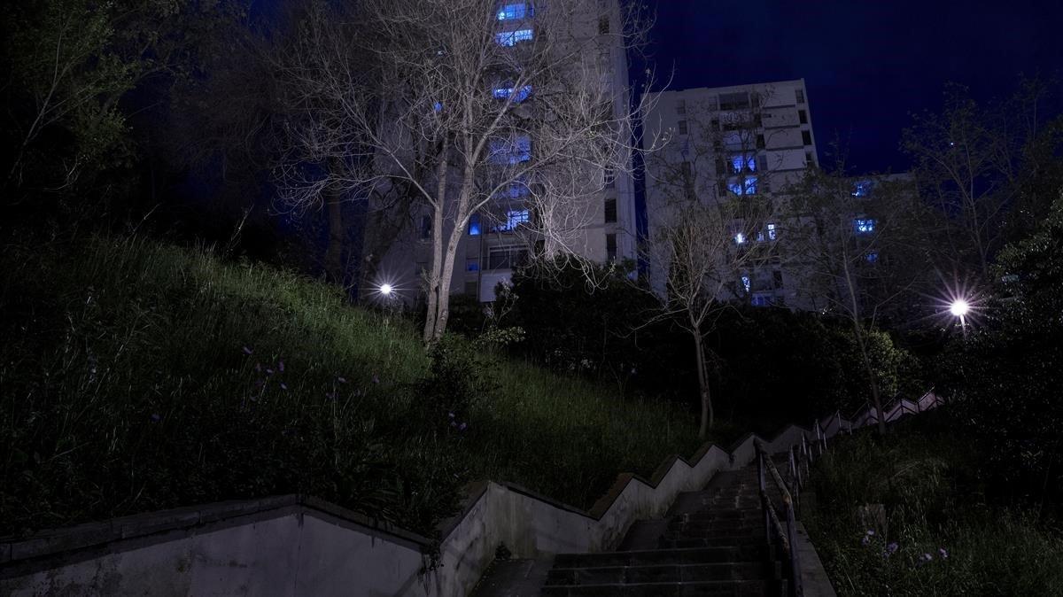 Barrio barcelonés de Montbau, de noche, en pleno confinamiento, el pasado 7 de abril.