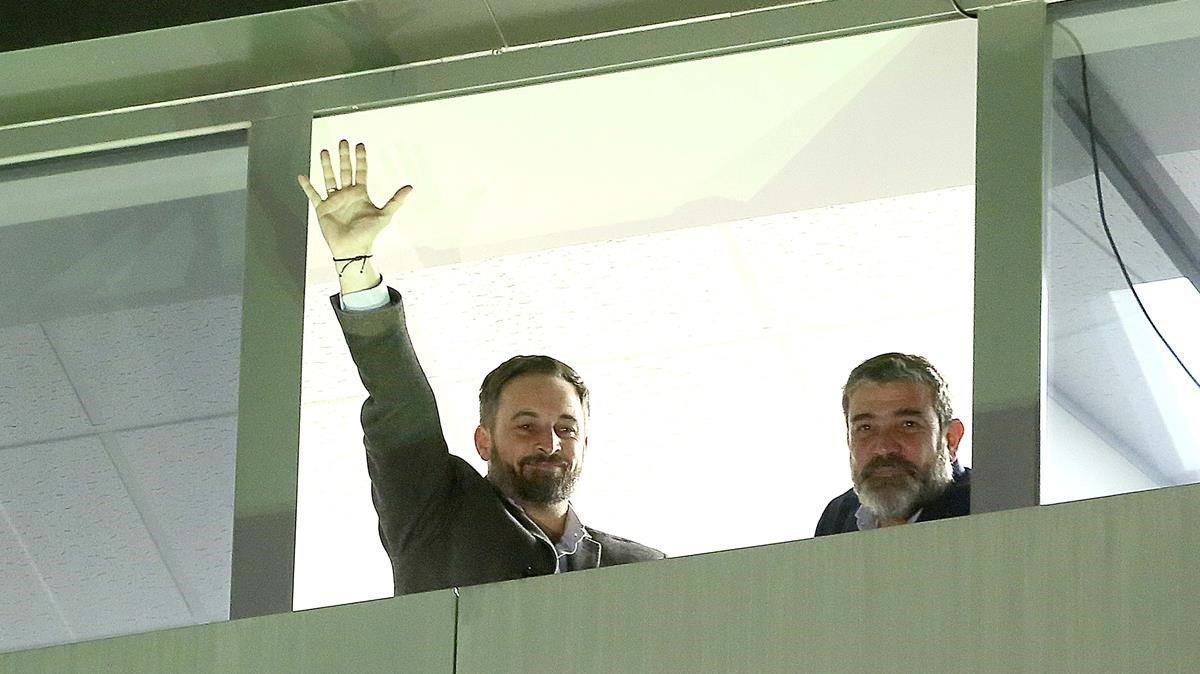 Santiago Abascal (Vox) saluda a sus votantes desde la ventana tras conocer los resultados de las elecciones generales.