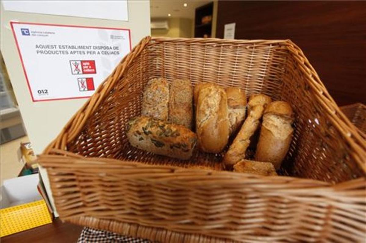 Cesta de pan sin gluten de una panadería especializada para celíacos.
