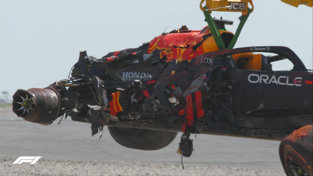 El coche de Verstappen, destrozado tras estrellarse contra las barreras.