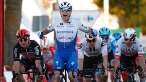 Sam Bennett celebra la victoria en Aguilar de Campoo, antes de ser descalificado.