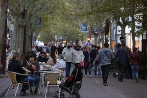 Terrazas y gente de paseo en Sabadell.
