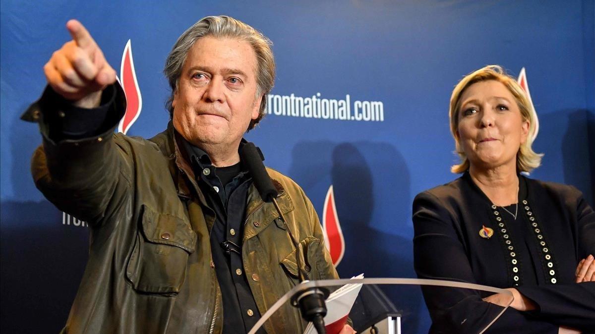 SteveBannon junto a Marine Le Pen en el congreso del partido ultraderechista celebrado hace un año en Lille.