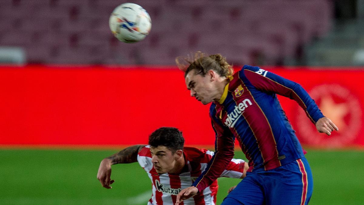Griezmann, autor del gol del triunfo, pelea por un balón con Capa.