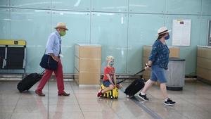 Els turistes anglesos que tornen a casa des de Barcelona es resignen al confinament