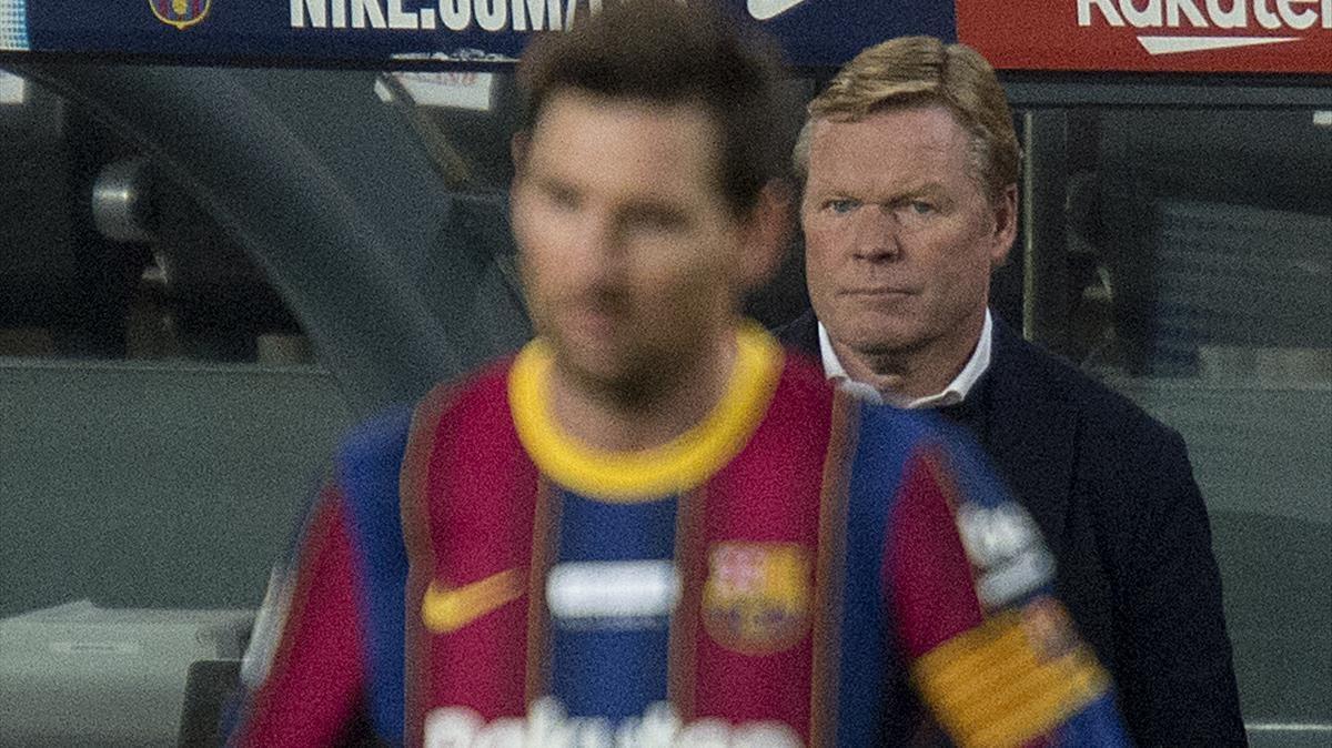 Koeman, detrás de un decepcionado Messi durante el Barça-Valencia en el Camp Nou.