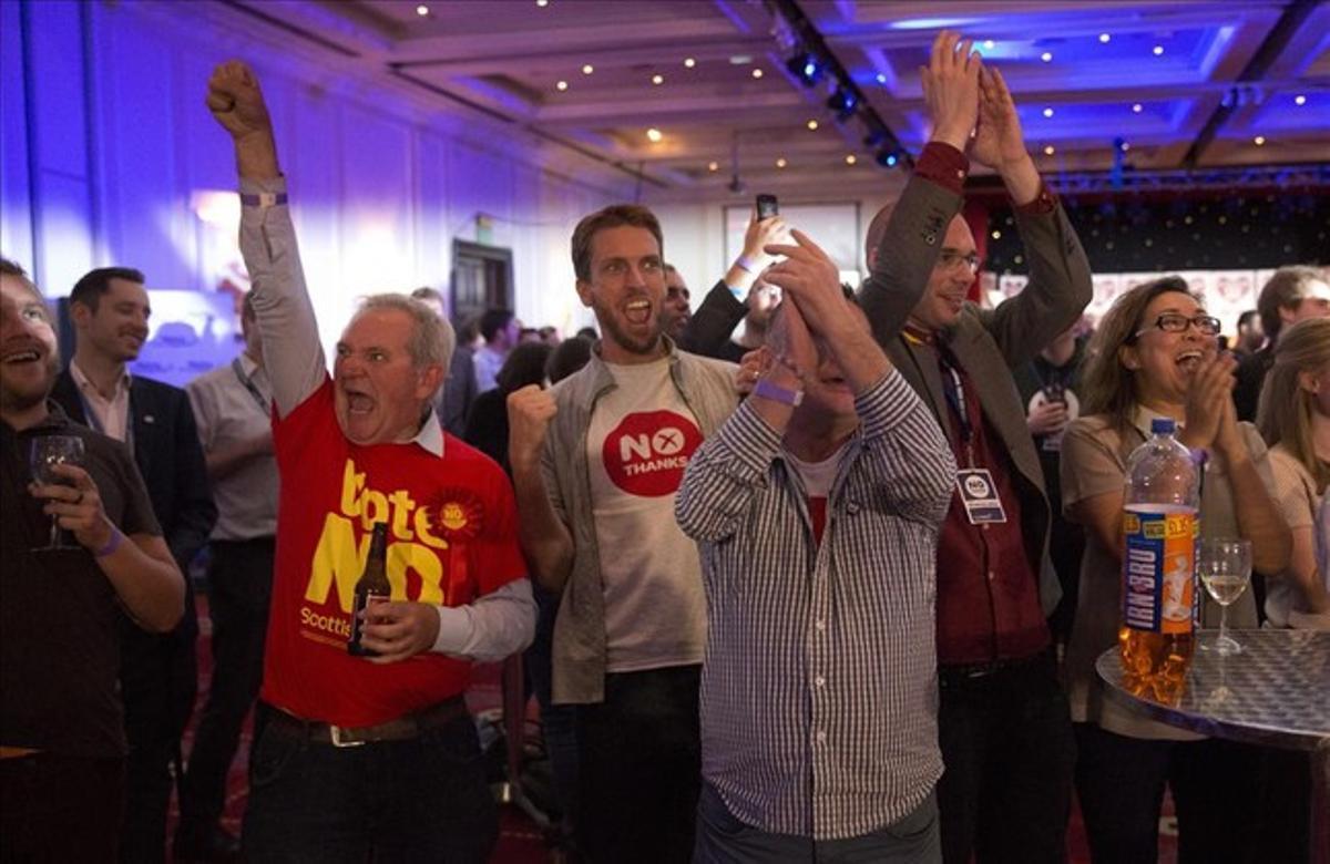 Simpatizantes del NO a la independencia escocesa celebran los primeros resultados sobre el referéndum en Glasgow