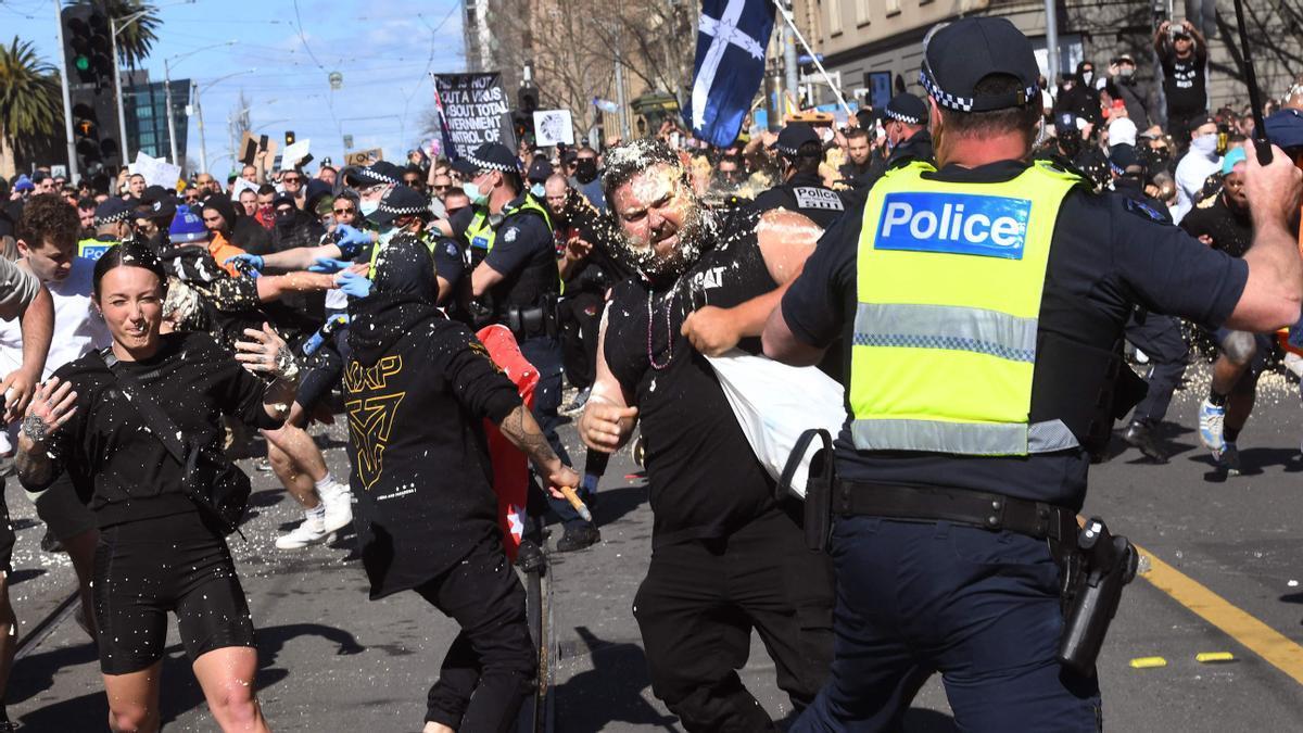 Enfrentamientos entres manifestantes y policías en Melbourne, este sábado.