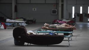 El ayuntamiento de Lleida ha habililitado 300 hamacasen el pavellón de la Fira para que los temporeros no duerman en la calle. Una medida que varias entidades consideran insuficiente.