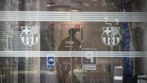 Registro de las oficinas del Barça por parte de los Mossos.