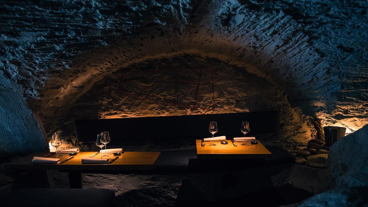 Íntima iluminación en el interior del restaurante.