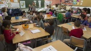Alumnos de dos escuelas intercambian experiencias en una jornada compartida en el colegio Lanaspa-Giralt, en Terrassa, el pasado abril.
