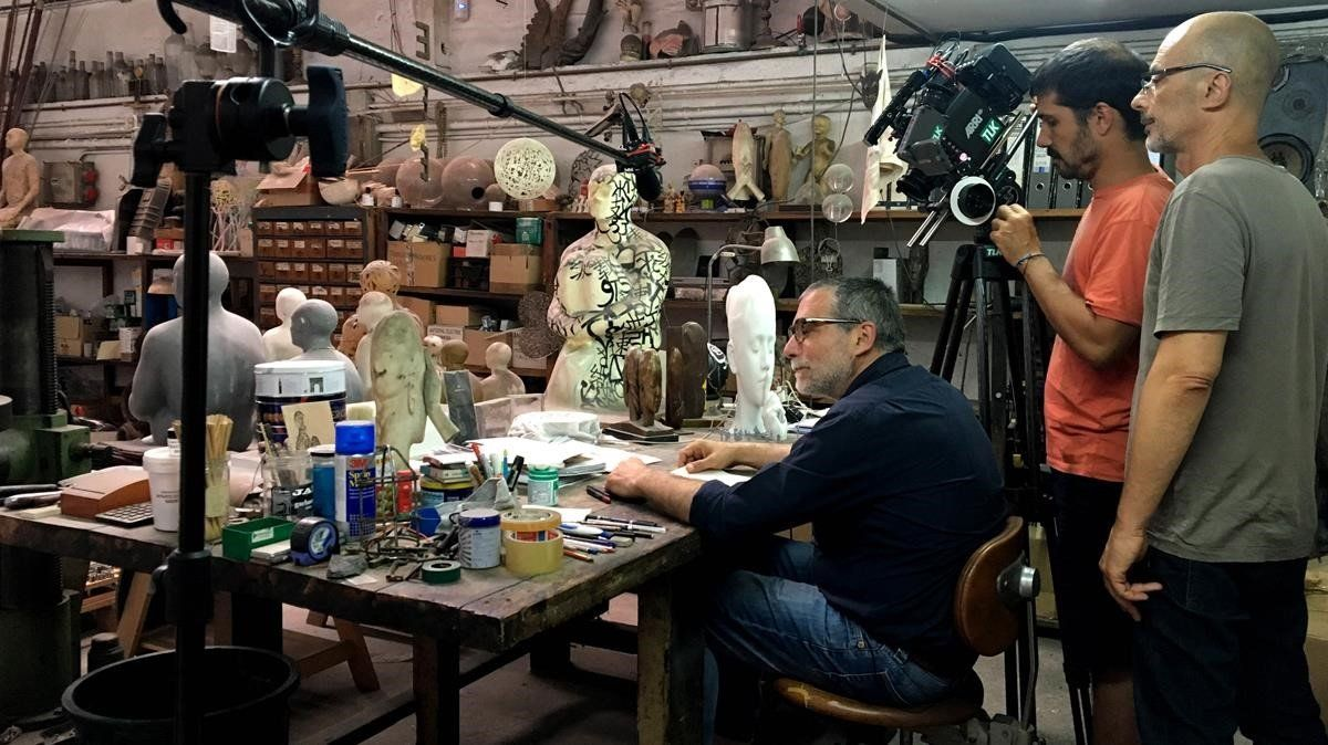 Plensa, en su taller, durante el rodaje del documental.
