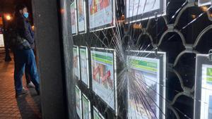 Escaparte de la sede de Tecnocasa vandalizada este martes.