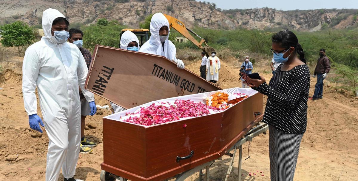 Entierro de un muerto por Covid en el cementerio cristiano de Faridabad, en la India.