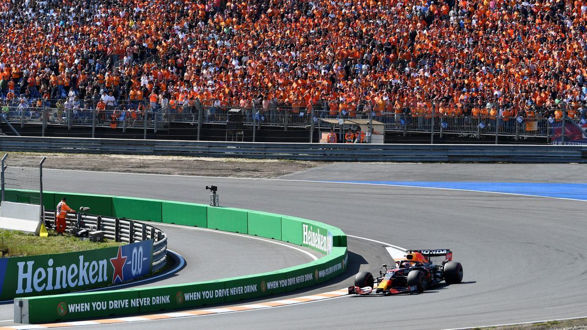Verstappen negocia una curva con un mar de camisetas 'oranje' en las gradas de Zandvoort