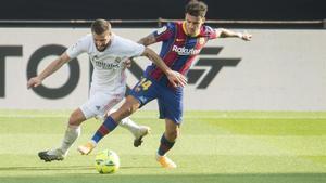 Coutinho y Nacho disputan un balón en el clásico del Camp Nou.