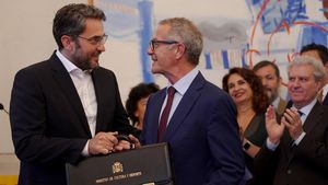 Màxim Huerta cediendo la cartera al nuevo ministro de Cultura, José Guirao.