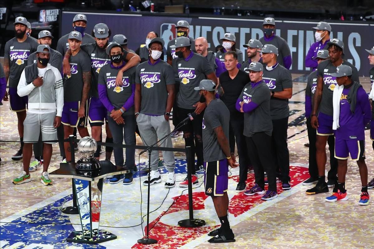 Los jugadores de los Lakers, en el momento de recibir su trofeo como campeones de la Conferencia Oeste