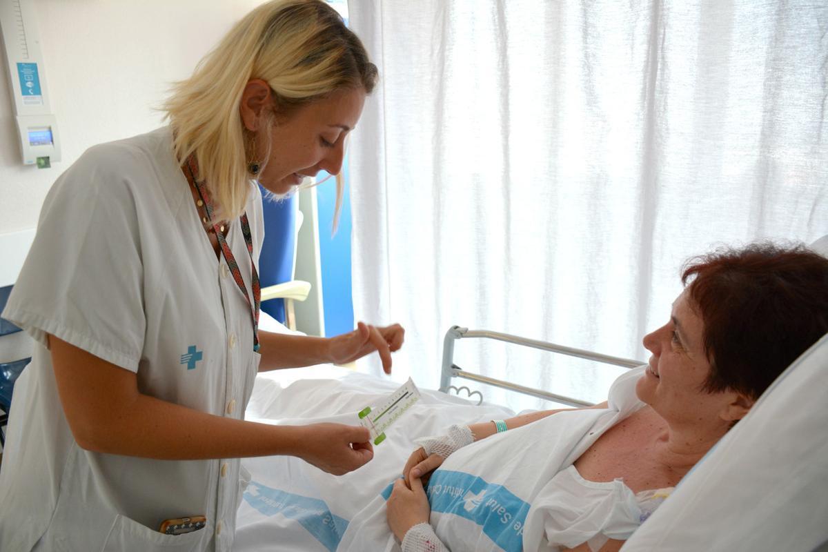 Una enfermera recoge datos del dolor de una paciente, en una imagen de archivo