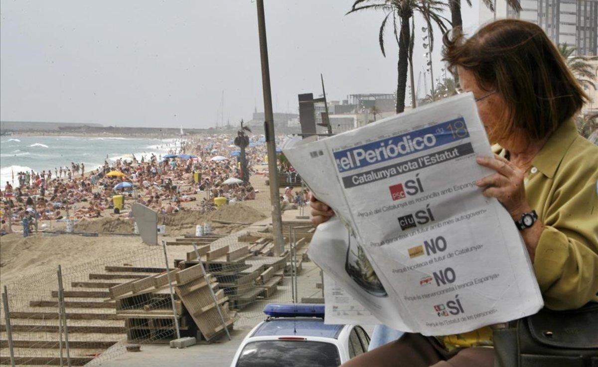 El 18 de junio del 2006, Catalunya vota en referéndum el nuevo Estatut. Una mujer lee en la playa EL PERIÓDICO de ese día.