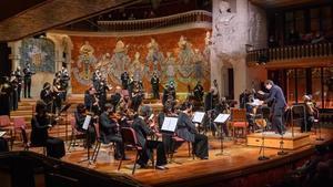 El Cor de Cambra del Palau de la Musica y Vespres d' Arnadi, dirigidos por Xavier Puig, en un momento del concierto.