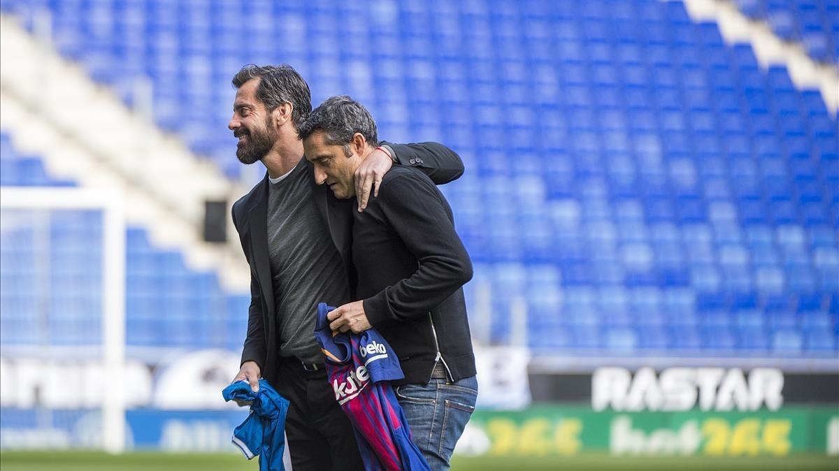 Quique y Valverde, en el estadio de Cornellà antes del derbi de Liga.