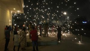 Varias personas lanzan bengalas en la celebración del festival hindú del Diwali, en Dubái (EAU), el 19 de octubre.