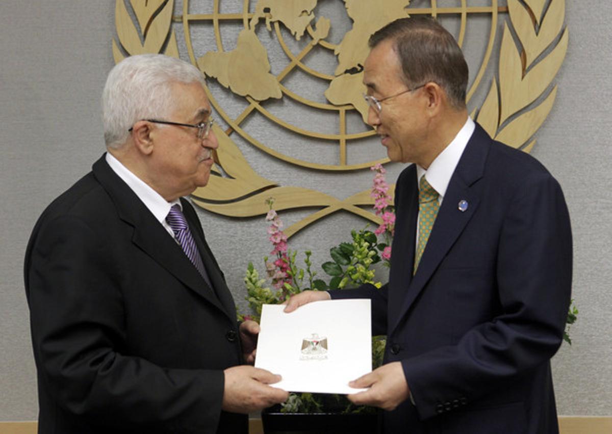 El presidente de Palestina, Mahmoud Abbás, da la carta de petición de entrada en la ONU al secretario general de la organización, Ban Ki-moon, el 23 de septiembre del 2011.