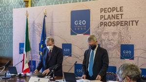 El  ministro de Finanzas italiano, Daniele Franco (derecha), junto al gobernador del Banco de Italia,  Ignazio Visco, en la rueda de prensa posterior a la reunión del G-20.