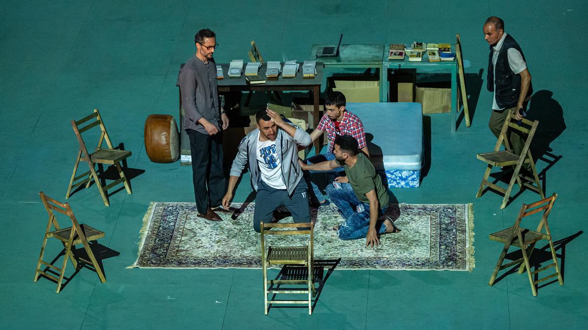 Una escena de 'Carrer Robadors', la pieza dirigida por Julio Manrique que ha abierto el Grec 2021.