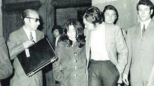 Ono y Lennon, a la salida de los juzgados mallorquina, en abril de 1971.