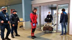 Pasajeros que vuelan desde la India llegan con su equipaje al aeropuerto internacional de Fiumicino a última hora del 28 de abril de 2021, donde se les hará la prueba del coronavirus.