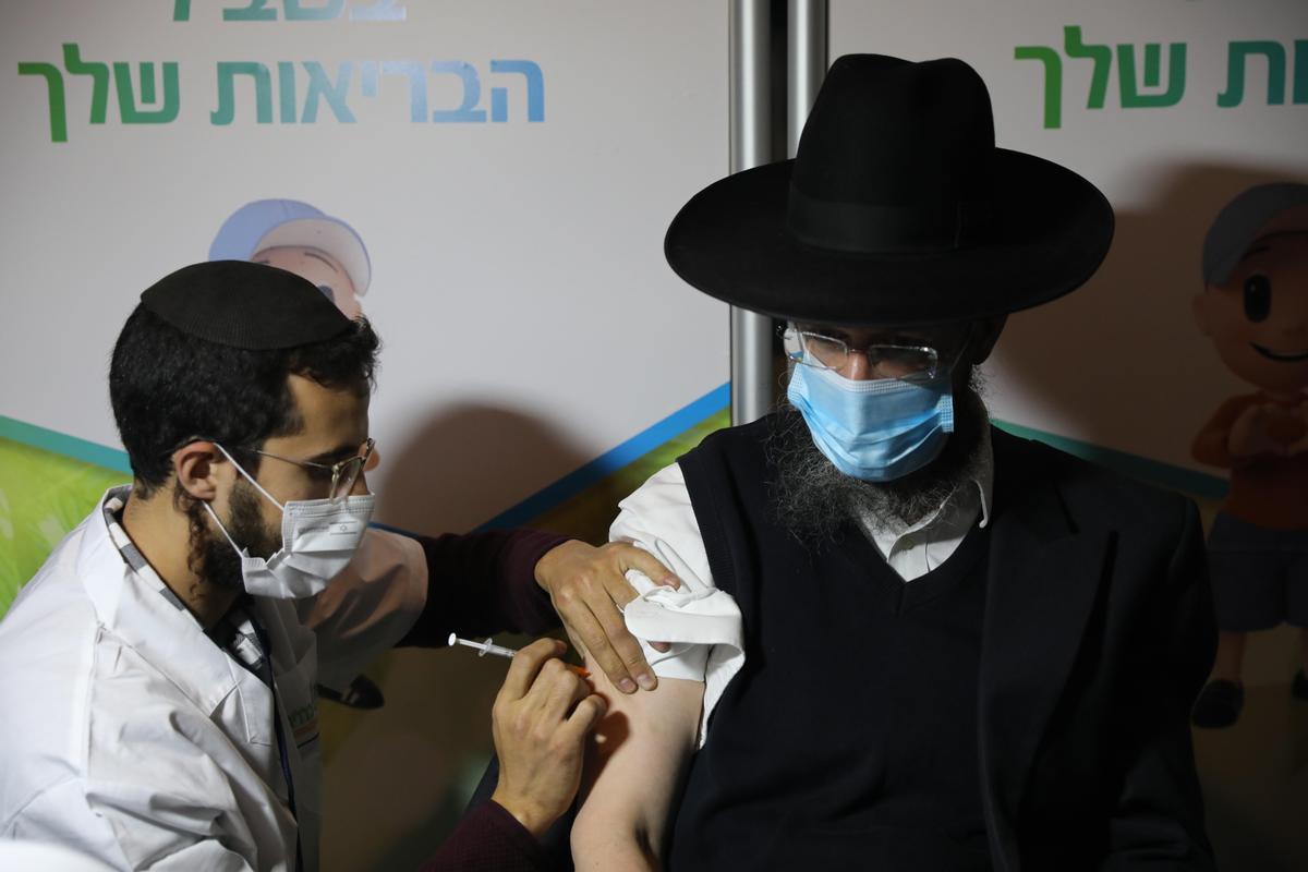 Un judío ultraortodoxo recibe la vacuna contra el coronavirus en Jerusalén.
