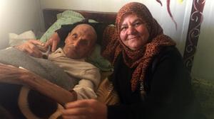 Yousef y su hija Nejmeh, en su caravana de Zaatari (Jordania), en una imagen reciente.